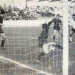 La mejor entrada en toda la historia del C.D. Tudelano se produjo en un partido de liga contra Osasuna en la temporada 1970-71, cuando ambos equipos militaban en tercera división. Se ganó a Osasuna por dos a uno, y el estadio Elola regsitró el lleno más importante de su historia, pues entraron 10.100 personas. La fotografía recoge el primer gol del Tudelano, con santos entre tres Osasunistas. El Segundo tanto lo marcó Ángel Marañón.