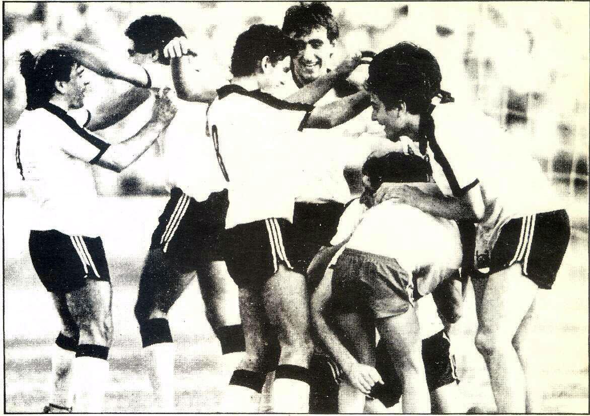 Copa de la Liga 1983-84, quinta ronda y final, Tudelano 4 - Yeclano 2. En la foto celebración del tercer gol de los de Tudela que les daba ya el título de campeones.