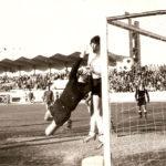 Partido en el Elola contra el Getafe de Madrid, que ganaron los blancos por 4 goles a 2. La imagen está tomada en 1973 y ha sido cedida por José Antonio Pérez.